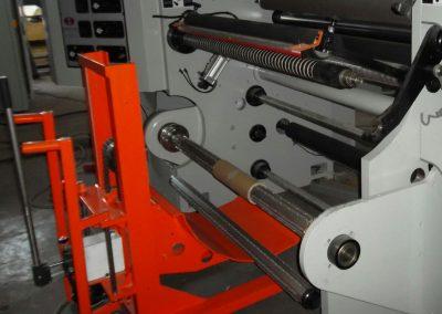 Transpaletă pentru încărcarea rolelor de hârtie pe utilaj